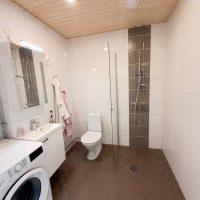 Asunnon kylpyhuone on tilava ja sinne mahtuu pesukone sekä tarvittaessa kuivausrumpu