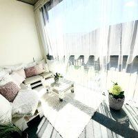 Asunnon parvekkeella on koko alalla pehmeä parvekematto, jonka päälle voi laittaa sisustusmaton